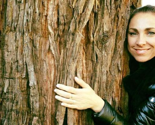 Ivonne Delaflor hugging a sequoia tree